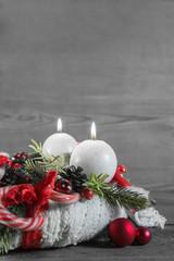 Zweiter Advent: zwei brennende Kerzen am Adventskranz