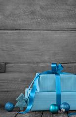 Gutschein zu Weihnachten: Hintergrund Holz mit Geschenke