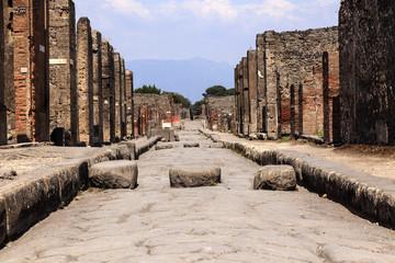 römische Straße in Pompeji mit Blick auf den Vesuv