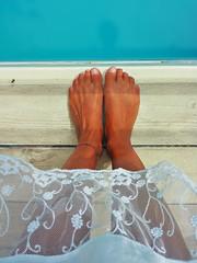 In piedi a bordo piscina