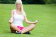 canvas print picture - Hübsche Frau macht Yoga im Stadtpark