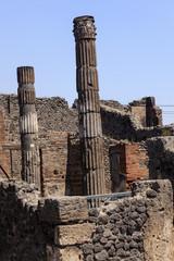 Ruine mit Säulen in Pompeji
