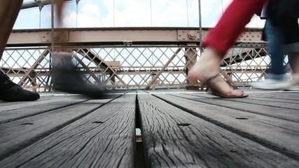 Menschen laufen über Brücke