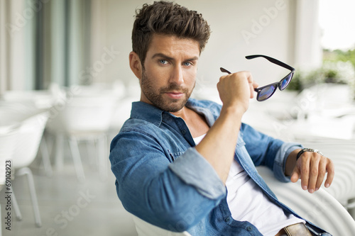 Młody przystojny mężczyzna w okularach przeciwsłonecznych