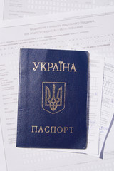 Паспорт украины на фоне документов иммигранта