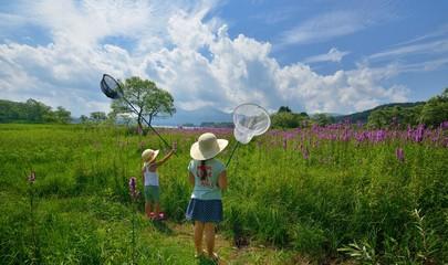花畑で遊ぶファミリー D