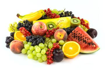 Farbenfrohes Obst auf weissem Hintergrund