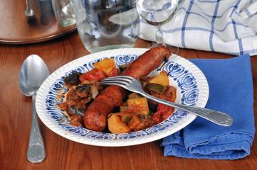 Assiette de ratatouille avec une saucisse fumée
