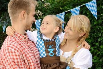 Familie mit Kind im Dirndl auf Oktoberfest
