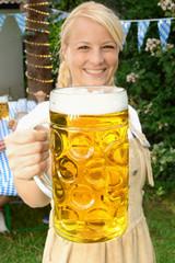 Frau im Dirndl mit Maß Bier zum Oktoberfest