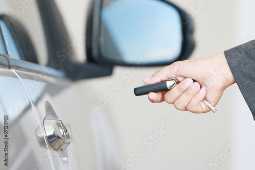 Business woman operate remote key car - 69120905