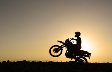 motorsikletin önünü kaldırmak