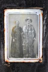 Portrait d'un couple dans un cimetière.