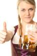 Frau im Dirndl mit Bier zeigt Daumen