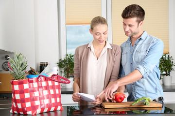 Mann und Frau zuhause in der Küche