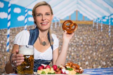 Frau in Tracht auf dem Oktoberfest