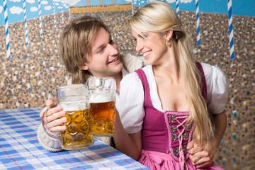 Frau und Mann auf dem Oktoberfest