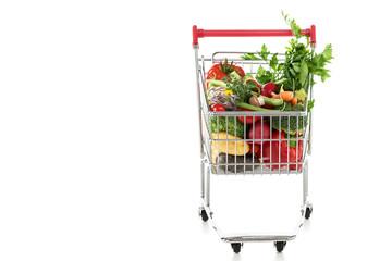 Einkaufswagen voller frischem Gemüse