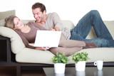 Paar auf dem Sofa online