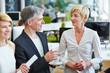 Zwei ältere Geschäftsleute reden im Büro
