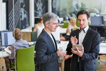 Geschäftsleute mit Tablet PC im Büro