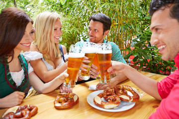 Freunde im Biergarten trinken Bier zusammen