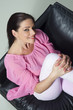 canvas print picture - Porträt einer sitzenden jungen Frau