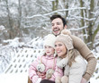 canvas print picture - Glückliche Familie im Winter