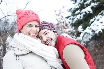 Lachendes Paar im Winter im Schnee