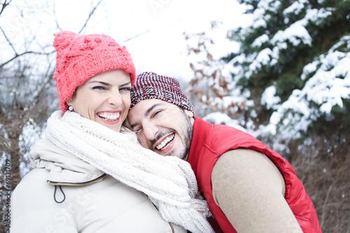 canvas print picture Lachendes Paar im Winter im Schnee
