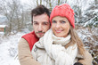 Glückliches Paar umarmt sich im Winter