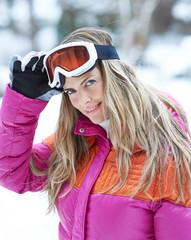 Skiläufer im Winter mit Skibrille