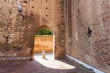 Arco di mattoni in borgo toscano