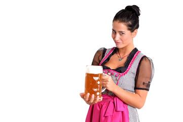 Dunkelhaarige Frau mit Bierkrug und Dirndl