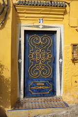 Porte bleue, maison jaune