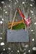 Kreidetafel mit Weihnachtsdekoration