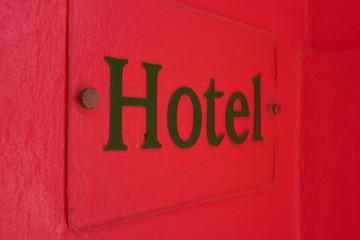 hotel doré sur fond rose