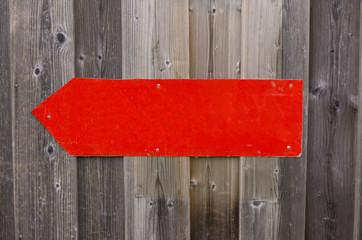 die roten Metalzeiger auf einem Holzzaun.textfeld.hinweis
