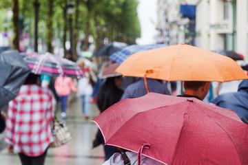 bei Regen in der Einkaufsstraße