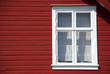 rotes skandinavisches haus - fassade und fenster
