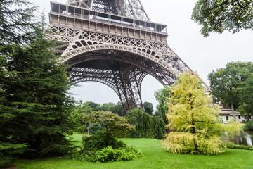 Eiffelturm mit Parkbäumen