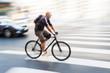 Radfahrer in der Stadt in Bewegungsunschärfe
