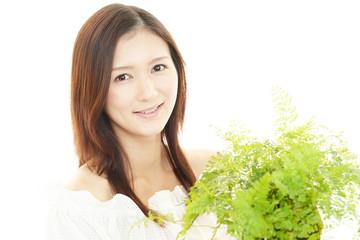 笑顔の女性と観葉植物
