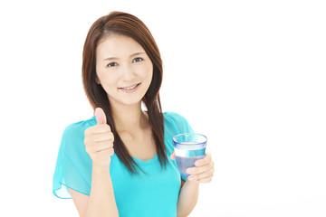 水を飲む笑顔の女性
