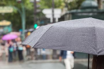 Mit Regenschirm in der Stadt