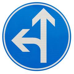 directions obligatoires tout droit ou à gauche