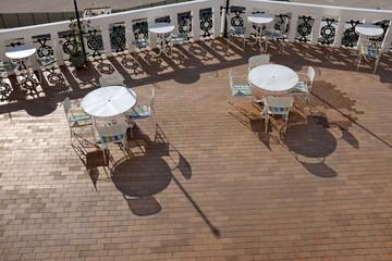 Terrasse avec tables rondes
