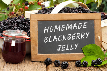 Tafel mit Text: Homemade Blackberry Jelly, vor Brombeeren