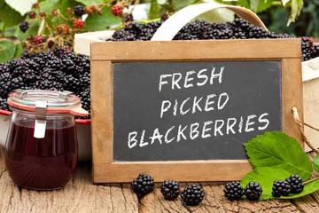 Tafel mit Text: Fresh Picked Blackberries, vor Brombeeren