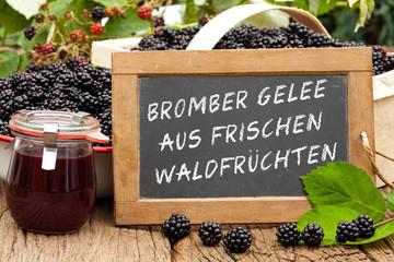 Tafel mit Text: Brombeergelee aus frischen Waldfrüchten